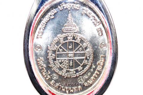 3x geweihtes Thai Amulett Phra Rian Ruun Baramee 90 Nuea Alpaka des ehrwürdigen Luang Pho Koon Parisuttho, Abt des Wat Banrai in Korat. Das Amulett wurde anlässlich seines bevorstehenden 90. Geburtstages in einer nummerierten Serie herausgegeben. - Vorschau 4