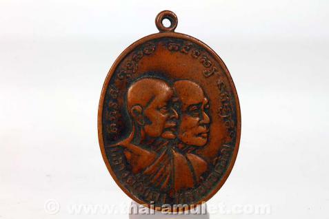 Luang Pho Daeng Thai Amulett aus dem Jahr 1969. Phra Rian Luang Pho Daeng & Luang Pho Charoen Ruun Bot Lann Nuea Thong Daeng des ehrwürdigen Luang Pho Charoen, zu Lebzeiten Abt des Wat Thong Noppakhun, Phetchaburi, Thailand. - Vorschau 2