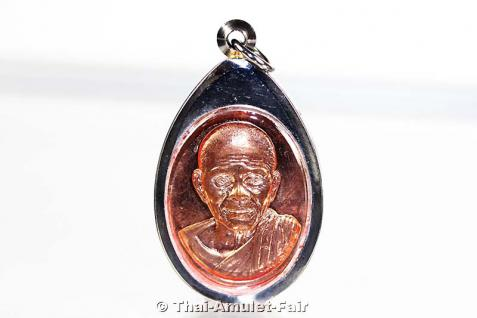 Luang Pho Koon Thai Amulett Phra Rian Ruun Baramee 90 Nuea Thong Daeng vom 10.04.2013. Nummerierte Kleinserie, hier angeboten wird das Amulett mit der Nummer 1237.