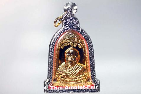 Luang Pho Mettavihari Thai Amulett - Rian Rakhang Nuea Thong Lueang Ruun Kroop Roop 60 Pii des ehrwürdigen Luang Pho Thiraphan Mettavihari (Phra Khru Kraisorn Virat), Wat Phutta Viharn (auch Wat Buddhavihara), Amsterdam, Niederlande, vom 16.07.2002. - Vorschau 1