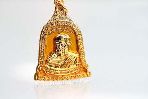 Thai Amulett vom ehrwürdigen Luang Pho Mettavihari - Rian Rakhang Nuea Thong Lueang Longya Sii Lueang Ruun Kroop Roop 60 Pii des ehrwürdigen Luang Pho Thiraphan Mettavihari (Phra Khru Kraisorn Virat), Wat Phutta Viharn (auch Wat Buddhavihara), Amsterdam. - Vorschau 2