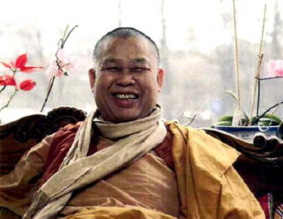 Luang Pho Mettavihari Thai Amulett - Rian Rakhang Nuea Thong Lueang Ruun Kroop Roop 60 Pii des ehrwürdigen Luang Pho Thiraphan Mettavihari (Phra Khru Kraisorn Virat), Wat Phutta Viharn (auch Wat Buddhavihara), Amsterdam, Niederlande, vom 16.07.2002. - Vorschau 5