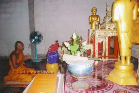 Sehr seltenes Ruup Bam Muean Luang Pho Ood Ruun Srang Monthop 2531 Phim Niyom Sangkati Khu Nuea Thong Lueang Thai Amulett des ehrwürdigen Luang Pho Ood (Schüler und Neffe des legendären Luang Pho Derm), zu Lebzeiten Abt des Wat Chan Sen, von 1988. - Vorschau 4