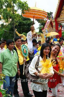 Soe Nak und Phaa Nung - Traditionelles thailändisches Ordinationsgewand. Das Gewand wird vom zukünftigen Mönch nach der rituellen Körperreinigung und dem Entfernen der Kopfhaare und der Augenbrauen-Haare angelegt. Er trägt es auf dem Weg zum Tempel.... - Vorschau 4