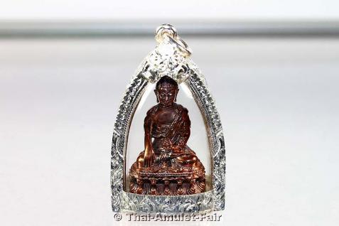 Buddha Thai Amulett Phra Gring Khotchawat Nuea Nawa Nummer 413 von 1.999 mit handgefertigter und wasserdichter Silber Maßfassung von seiner Heiligkeit Somdej Phra Sangkarat. Sein Vermächtnis, nur 21 Tage nach seinem 100. Geburtstag verging er.