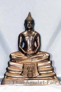 Geweihte Buddha Statue Phra Bucha Luang Pho Sothon (Luang Pho Phra Phutta Sothon) Nuea Loha Thai Buddha Statue des ehrwürdigen Luang Phi Kaweerat (Phra Khru Samut Kaweerat), Abt des Wat Satthayalai, Ban Had Nang Rum, Chonburi, Thailand.