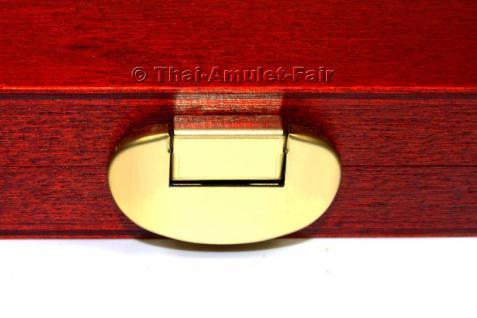 Edle Thai Amulett Sammlerbox für 12 Amulette aus deutscher Fertigung.Die Sammlerbox wurde in Deutschland aus europäischen Echtholz hergestellt, Mahagonifarben lackiert und mit zwei goldfarbigen Scharnieren sowie einem goldfarbigen Federverschluss versehen - Vorschau 5