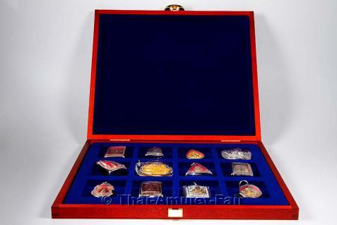 Edle Thai Amulett Sammlerbox für 12 Amulette aus deutscher Fertigung.Die Sammlerbox wurde in Deutschland aus europäischen Echtholz hergestellt, Mahagonifarben lackiert und mit zwei goldfarbigen Scharnieren sowie einem goldfarbigen Federverschluss versehen - Vorschau 1
