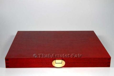 Edle Thai Amulett Sammlerbox für 12 Amulette aus deutscher Fertigung.Die Sammlerbox wurde in Deutschland aus europäischen Echtholz hergestellt, Mahagonifarben lackiert und mit zwei goldfarbigen Scharnieren sowie einem goldfarbigen Federverschluss versehen - Vorschau 2