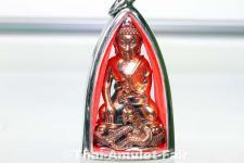 Geweihtes Buddha Amulett Phra Gring Sri Sutthat Toh des ehrwürdigen Luang Phu Kambu, Abt des Wat Kut Chom Phu, Tambon Kut Chom Phu, Amphoe Phibun Mangsahan, Isaan, Changwat Ubon Ratchathani, Nordost-Thailand vom 12.10.2554 (2011).