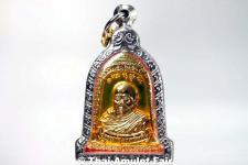 Thai Amulett vom ehrwürdigen Luang Pho Mettavihari - Rian Rakhang Nuea Thong Lueang Longya Sii Lueang Ruun Kroop Roop 60 Pii des ehrwürdigen Luang Pho Thiraphan Mettavihari (Phra Khru Kraisorn Virat), Wat Phutta Viharn (auch Wat Buddhavihara), Amsterdam.