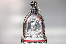 Thai Amulett Silber Glocke - Rian Rakhang Nuea Ngern (Silber) Ruun Kroop Roop 60 Pii des ehrwürdigen Luang Pho Thiraphan Mettavihari (Phra Khru Kraisorn Virat), Wat Phutta Viharn (auch Wat Buddhavihara), Amsterdam, Niederlande, vom 16.07.2002 (B.E. 2545).