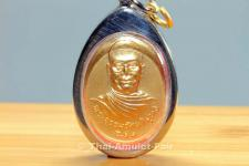 Vergoldetes Thai Amulett Ruun Kroob Roob 30 Pii Rong Rian Phibun Mangsahan Ubon Ratchathani des ehrwürdigen Phra Sri Thotsaphonlayan, Abt des Wat Plap genannt, Tambon Wat Arun, Amphoe Bangkok Yai, Bangkok, Thailand aus dem Jahr 1993.