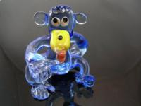 Affe blau sitzend 1 - Glastier