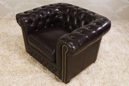 Klassischer Chesterfield Sessel, weiß / matt mit Nietenbesatz