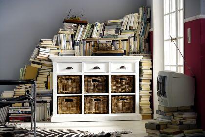 Buffetschrank im Landhausstil, mit drei Schubladen, in weiß und sechs Rattankörbe