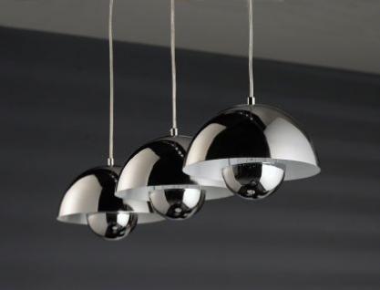 Moderne Pendelleuchte mit drei verchromten Lampenschirmen