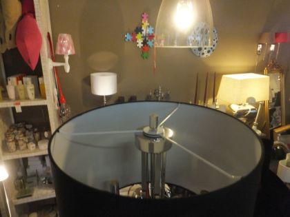 Stehleuchte mit einem schwarzen Lampenschirm mit fünf verchromten Armen - Vorschau 3