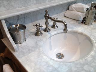 Waschtisch im Landhausstil mit Marmorabdeckplatte und Waschbecken aus Keramik - Vorschau 3