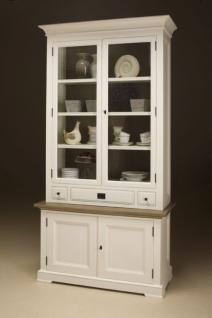Vitrinen- Geschirrschrank mit vier Türen und drei Schubladen im Landhausstil.