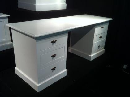 schreibtisch hampton im landhausstil mit sechs schubladen. Black Bedroom Furniture Sets. Home Design Ideas