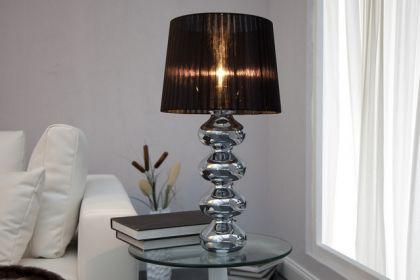 Moderne Tischleuchte verchromt mit einem schwarzen Lampenschirm