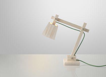 Schreibtischleuchte aus Holz mit grünem Kabel