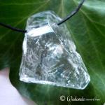Bergkristall, Anhänger Rohstein teilpoliert, seitlich gebohrt