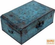 Alter Blechkoffer antiker Metallkoffer in verschiedenen Farben und Größen