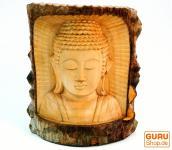 Buddhafigur im Baumstamm