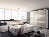 Rauch Steffen Leona Plus Schlafzimmer, geräumiger Schwebetürenschrank, Doppelbett in Komforthöhe inklusive Sockelschubkästen, Nachtkommoden, Glasablagen, Front und Korpus in Weiß matt, Absetzungen in Hochglanz Cappuccino