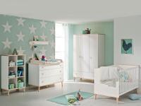 Paidi Ylvie Babyzimmer 4- teilig. Kinderbett, Kleiderschrank, Kommode inkl. Wickelaufsatz, wahlweise mit Regal, Wandregal. In Kreideweiß - Deckboden, Füße und Griffe Birke massiv, Kinderbett- Umbauseiten optional