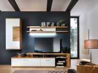 MCA Furniture Nizza Wohnwand NIZ21W03 Kombination in Front weiß matt lackiert Absetzung und Korpus Crackeiche furniert lackiert Anbauwand für Wohnzimmer mit Beleuchtung und Couchtisch wählbar