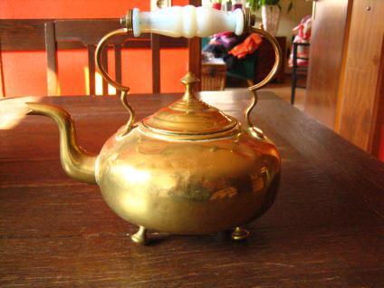 putziger antiker Wasserkessel poliertes Messing Opalinglas Griff gold auf Füssen