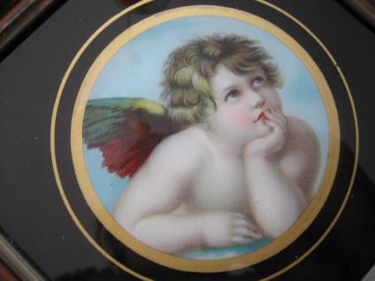 reizendes Jugendstil Bild Engel Putto Schutzengel auf Wolke hinter Glas gerahmt