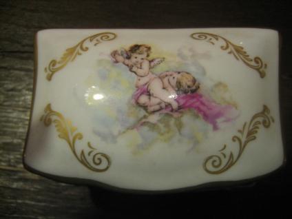 reizende kleine Limoges Dose Schatulle handbemalt spielende Putten Putto