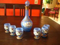 bezauberndes Likör Set Karaffe 6 Gläser zart Blau mit Emaille Blüten böhmisch