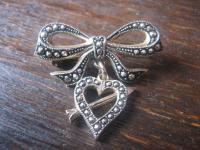 süße Vintage Herz Brosche getroffenes Herz Pfeil Schleife Amor für Verliebte