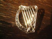 geschmackvolle gold schimmernde Bronze Brosche Harfe Irland Kelten LARP Barde
