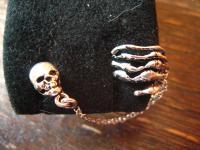 extravagante Gothic Ohrklemme Totenkopf mit Skeletthand 925er Silber et Nox neu