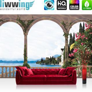 liwwing Vlies Fototapete 416x254cm PREMIUM PLUS Wand Foto Tapete Wand Bild Vliestapete - Landschaft Tapete Terrasse Balkon Bogen Meer Häuser Bäume Meer Berge weiß - no. 1969