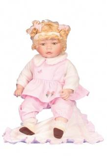 Puppe Mädchen rosa mit Decke sitzend
