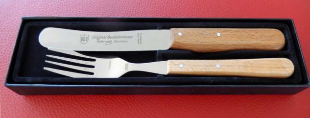 Buckels Messer und Menü-Gabel mit Buchenholzgriff.