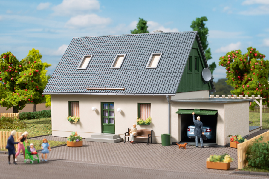 Einfamilienhaus Mit Garage : auhagen 11454 einfamilienhaus mit garage kaufen bei der modelleisenbahnladen ~ Watch28wear.com Haus und Dekorationen