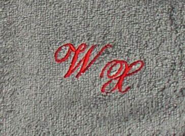 Badetuch 100x150 cm New York anthrazit mit Intitialienbestickung rot 1904