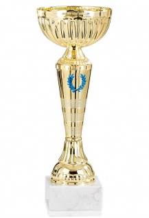 goldener Pokal mit blauen Siegerkranz