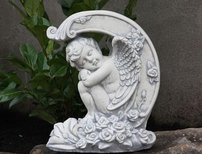 Steinfigur Engel auf Rosen, Skulptur aus Steinguss