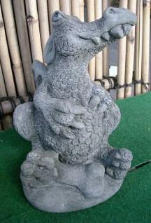 Steinfigur, Drache mit Knochen, Drache aus Steinguss