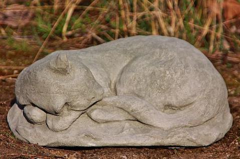 Steinfigur schlafende Katze, Skulptur aus Steinguss, patiniert