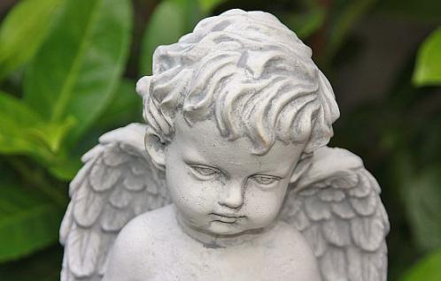 Steinfigur Engel auf Kugel, mit Feder & Buch, sitzend, Putte, Cherub - Vorschau 3